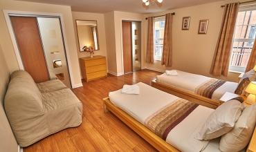 family-bedroom-dg82-02