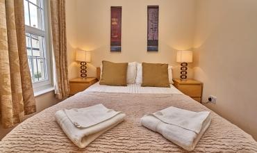 luxury-double-bedroom-dg41-01