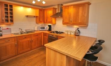luxury-kitchen-with-breakfast-bar-dg42-01