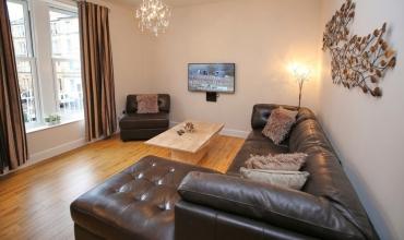 spacious-living-area-dh68-01