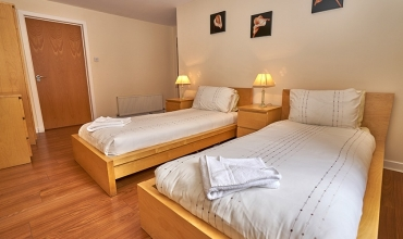 spacious-twin-bedroom-dg41-01