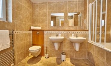 twin-sink-bathroom-self-catering-edinburgh-lp228-01