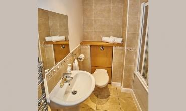 bathroom-self-catering-apartment-lp242-01