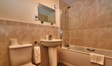 ceramic-tiled-bathroom-dg53-01