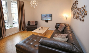 spacious-living-area-dh68-01